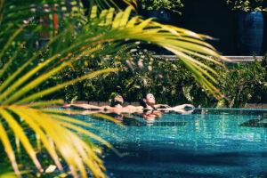 pareja-piscina