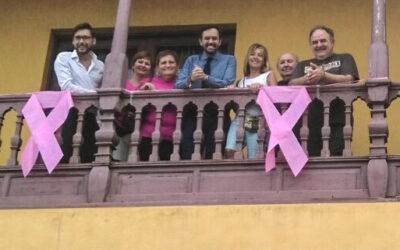 500 lazos pintan el Puerto de la Cruz de rosa