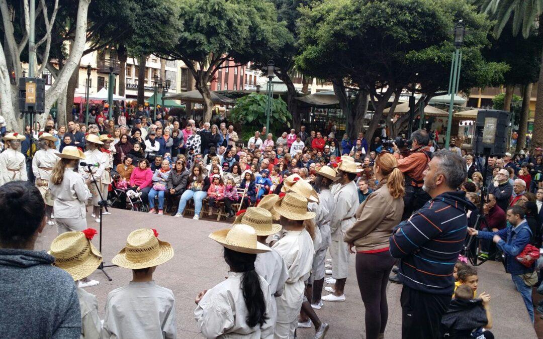Las calles del Puerto de la Cruz escenifican este lunes de Carnaval el 'Mataculebra'