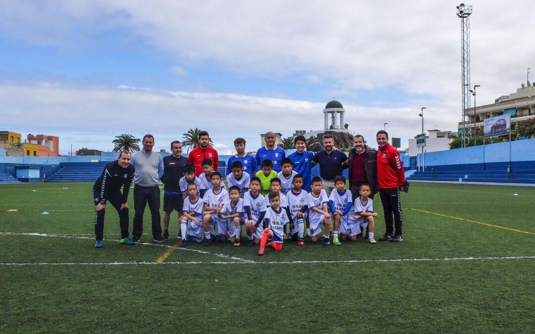 Niños y técnicos de la Academia en China del CD Tenerife entrenan en el Estadio El Peñón