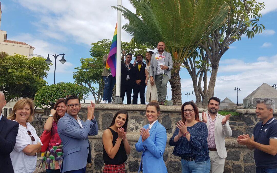 Izado de bandera arcoíris en Día del Orgullo LGTBI* en Puerto de la Cruz