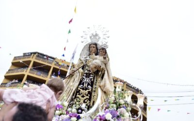 Miles de personas vitorean a La Virgen del Carmen en la Embarcación de Puerto de la Cruz