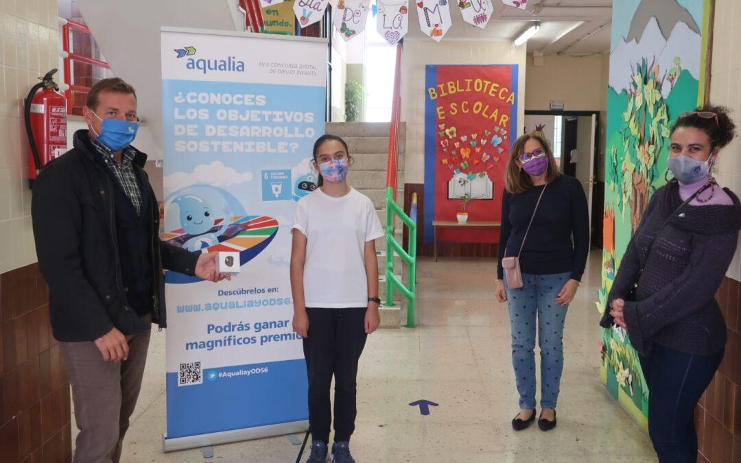 Puerto de la Cruz entrega uno de los premios del concurso de dibujo infantil de Aqualia a una de sus escolares