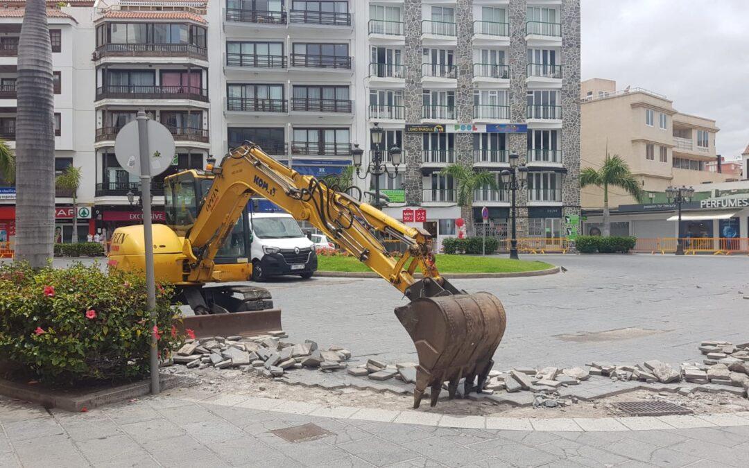 El Ayuntamiento comienza el asfaltado de la plaza de los Reyes Católicos y la avenida Obispo Pérez Cáceres